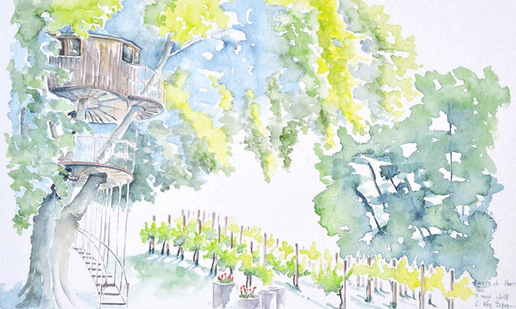 à l'aquarelle, une cabane dans un arbre, pour y monter un escalier en colimaçon, la cabane est de forme circulaire, elle est en bois. au second plan, une vigne par du pied de l'arbre
