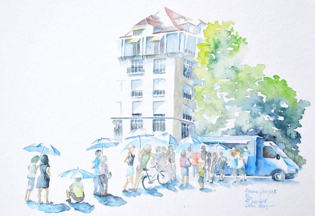 à l'aquarelle, une file d'attente devant un tube bleu. les gens se protègent du soleil sous des parapluies bleu. en fond, un bout d'immeuble dont le dernier étable possède des persiennes jaune or