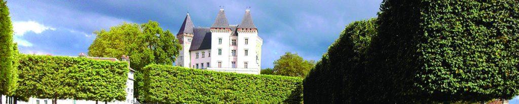 château de pau vu du parc; château souligné par le sommet d'arbres taillés au carré