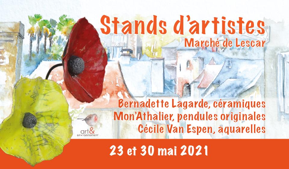 Stands d'artistes sur le marché de Lescar : affiche de la manifestation en fond une aquarelle de Cécile Van Espen, en premier plan deux grosses fleurs en céramique de Bernadette Lagarde